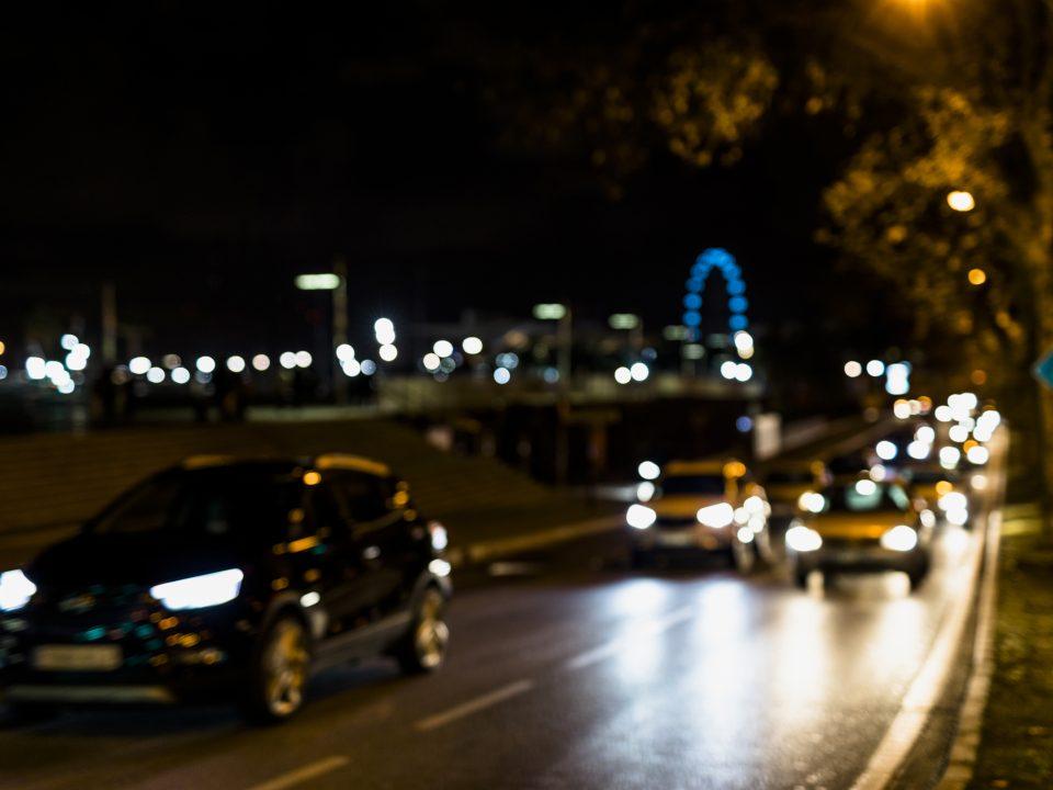 Instalada em rodovias, a tela antifuscante beneficia pedestres e condutores de veículos